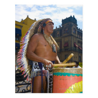Reifer Mann, der Trommeln mit Trommelstock spielt, Postkarte