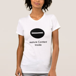 reifer zufriedener Filter, reifer Inhalt nach T-Shirt