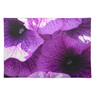 Reihe der lila Wellen-Petunien Tischset