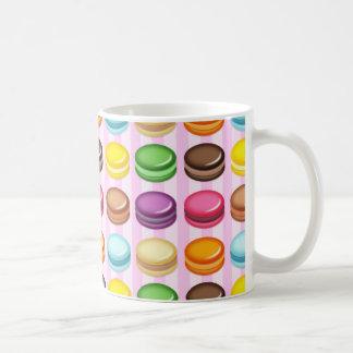 Reihen von Macarons Kaffeetasse