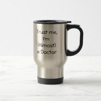 Reise-Tasse - vertrauen Sie mir, ich sind (fast) e