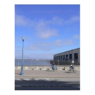 Reiten ein Fahrrad entlang Piers… Postkarte