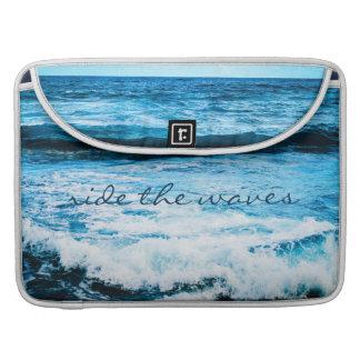 """""""Reiten Sie das blaue Ozean-Foto Wellen-"""" Sleeve Für MacBooks"""