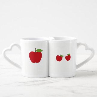 Reizender heller Apfel entwarf Tassen für Paare.