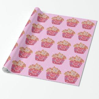 Reizender kleiner Kuchen mit Herzen und Punkten Geschenkpapier