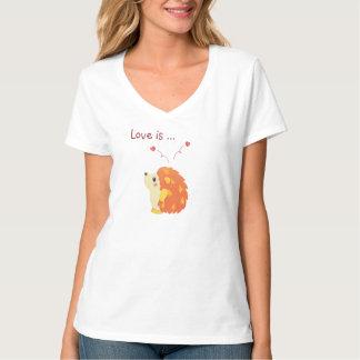 Reizender niedlicher Igel, der denkt an, was Liebe Tshirts