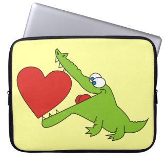 Reizendes Krokodil mit einer Herz-Laptop-Hülse Laptopschutzhülle
