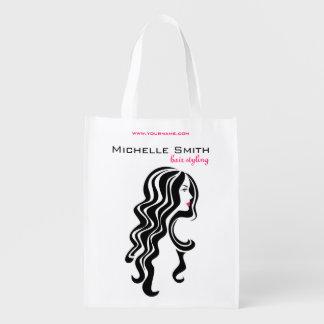 Reizendes Mädchen mit dem gewelltes Haar Wiederverwendbare Einkaufstasche