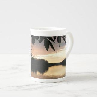 Relection des Sonnenuntergangs durch das Blätter Porzellan-Tassen