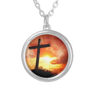 Religiöses Ostern-Kreuz am Sonnenuntergang Versilberte Kette