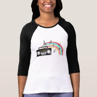 Retro boombox mit Musik und Regenbogen Hemd