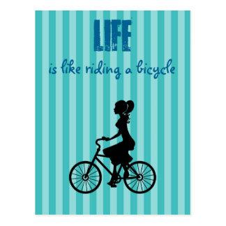 Retro Frauen-Radfahrer-Leben ist wie das Fahren Postkarte