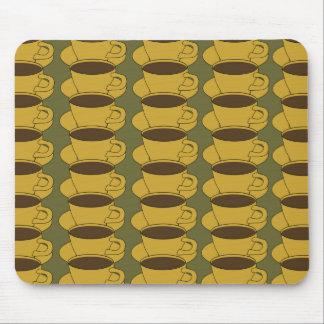 Retro Kaffeetassen auf kakifarbigem grünem Mousepad