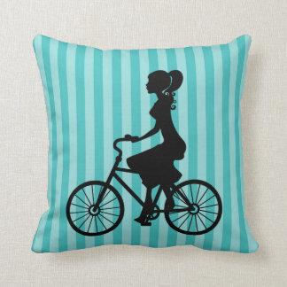 Retro Mädchen-Radfahrer-Silhouette Kissen