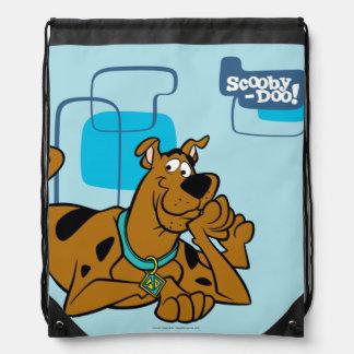 Retro Quadrate Scooby-Doo, das sich hinlegt Sportbeutel