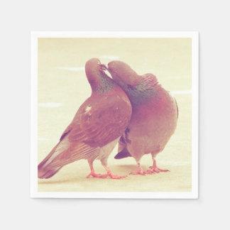Retro Tauben-Liebe-Vögel, die Paar-Foto küssen Serviette