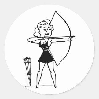 Retro Vintage schwarze u. weiße Bogenschießen-Frau Runder Aufkleber