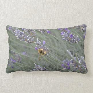 Retten Sie die Bienen: Lavendellumbar-Kissen Lendenkissen