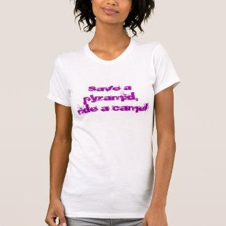 Retten Sie eine Pyramide, reiten Sie ein Kamel T-Shirt