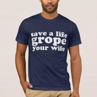 Retten Sie einem Leben-Herumtasten Ihre Ehefrau T-Shirt