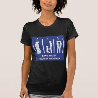 Retten Sie Wasser und duschen Sie zusammen T-Shirt