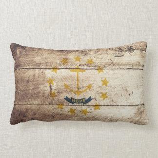 Rhode Island Staats-Flagge auf altem hölzernem Lendenkissen