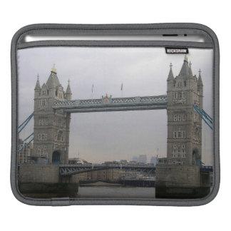 Rickshaw-Hülse mit Turm-Brücke über der Themse iPad Sleeve