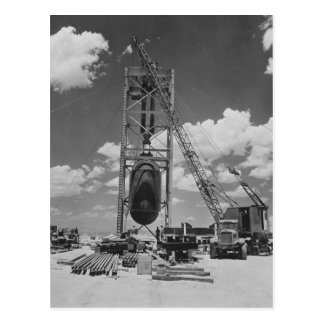 Riesige Atombombe in Position gebracht für Postkarte