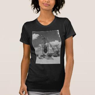Riesige Atombombe in Position gebracht für T-Shirt