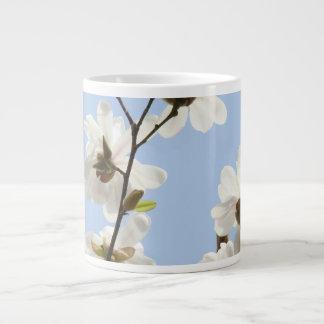 Riesige Tassen-blauer Himmel-weiße Magnolien-Blume