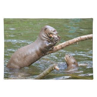 Riesiger Otter, der einen Fisch isst Tischset