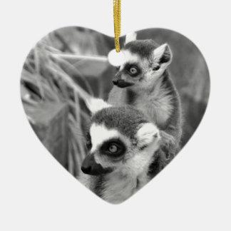 Ring-angebundener Lemur mit dem Baby Schwarzweiss Keramik Herz-Ornament