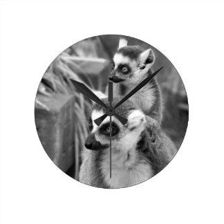 Ring-angebundener Lemur mit dem Baby Schwarzweiss Runde Wanduhr