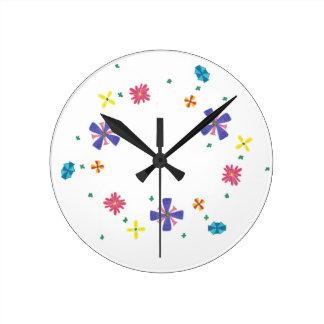 Ring der Blumen auf scharfer weißer Uhr