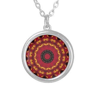 Ringe des Goldes auf roter Mandala Versilberte Kette
