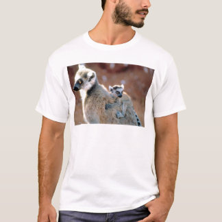 Ringtail-Lemur und Baby T-Shirt