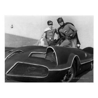 Robin und Batman stehend in Batmobile Postkarten