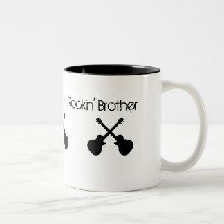 """Rockin """"Bruder, gekreuzte schwarze Gitarren Zweifarbige Tasse"""