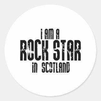 Rockstar in Schottland Runder Aufkleber