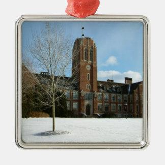 Rockwell im Winter an der Waldungs-Stadt-Uni Silbernes Ornament