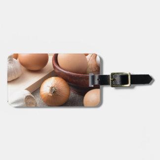 Rohe Eier, Zwiebeln und Knoblauch auf einem Kofferanhänger