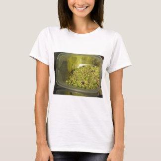 Rohe gehackte Pistazien in einer T-Shirt