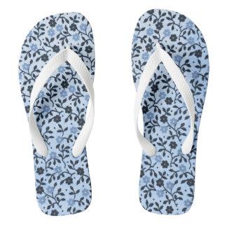Romantische blaue Land-Rosen drehen Reinfälle um Flip Flops