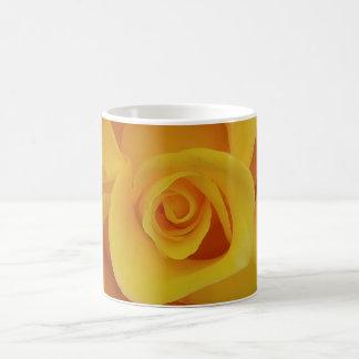 Romantische gelbe Rosen-Blumenblätter Kaffeetasse