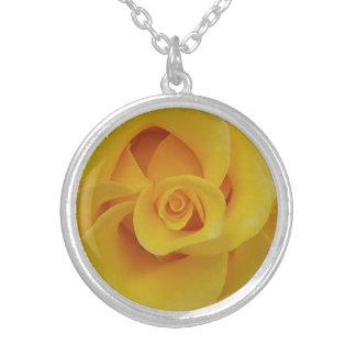 Romantische gelbe Rosen-Blumenblätter Versilberte Kette