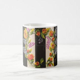 Romantische Kaffee-Tasse mit Rosen und Rosebuds. Kaffeetasse
