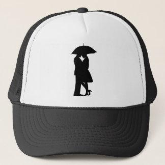 Romantische Paare unter Regenschirm-Hut Truckerkappe
