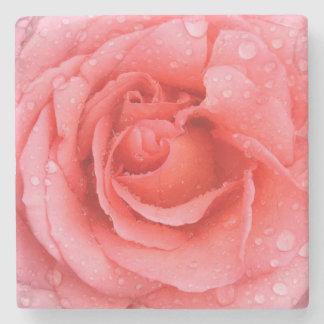 Romantische rote rosa Rosen-Wasser-Tropfen Steinuntersetzer