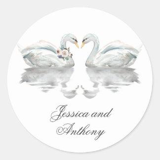Romantische Schwäne, die Braut und Bräutigam Runder Aufkleber