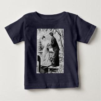Romantische Vintage Liebhaber auf einem Boot Baby T-shirt